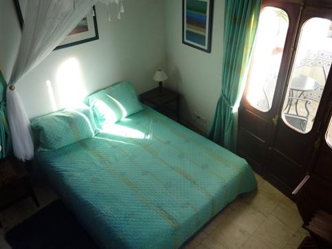 Schlafzimmer mit Bassetti Bettwäsche und Gardinen im ersten Stockwerk