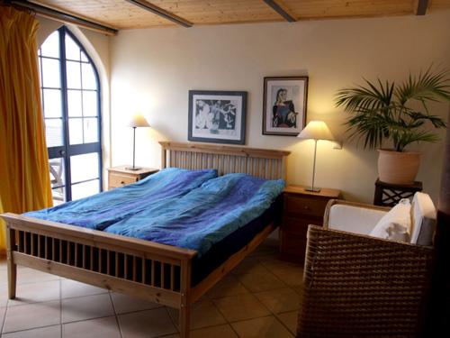 Das Wohn- und Schlafzimmer im Haus Gardenia mit LCD TV + Digi-SAT + Digi-Radio mit Ausblick auf die Terasse und die Oásis-Verde