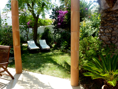 Die Terrasse vom Ferienhaus Casa Gardenia aus gesehen... umgeben von über 40 unterschiedlichen Pflanzenarten... die OÁSIS - VERDE verfügt über mehr als 250 unterschiedliche Pflanzenarten...
