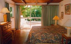 Doppelschlafzimmer mit Aussicht auf den Garten Richtung Osten