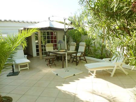 Über 70 m² große Terasse vom Ferienhaus Casa Quintal vom Garten aus in Richtung Westen gesehen