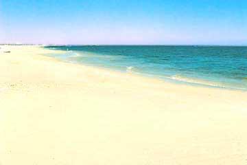 Der weisse Sandstrand von Cabanas de Tavira an der Algarve in Richtung Osten