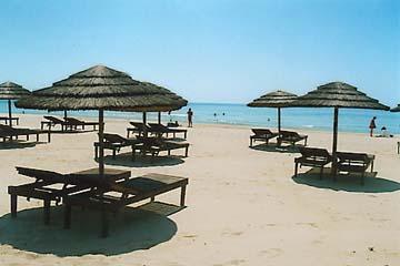 Die Sand - Strand - Insel vor Cabanas de Tavira hat eine kleine Bambussnackbar mit viel Schatten wo man jederzeit ein paar kühlende Getränke, Eis in Honigmelonen und viele andere Leckereien genießen kann...