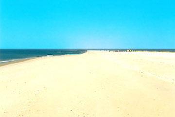 Die feine weiße Sand-Strand-Insel vor Cabanas ist über 8 Km lang, die Breite beträgt bei Flut ca. 500 m vor Cabanas und bis zu 800 m in den Randzonen gen Ost + West