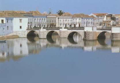 Blick von der Ostseite Tavira´s auf die gerade restaurierte alte Römerbrücke